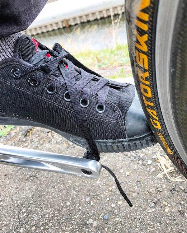 急に脚が止まったと思ったら靴紐が絡まった💧 あわや大惨事 sundayride  holidayride  cycling  cinelli   cinellimash  mashsf  histogram  fixed  fixedgear  pist ... 195a82c2c