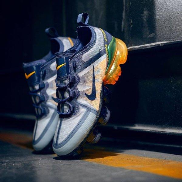 uk availability af38f 62b25 Future meets retro! Shop nu de nieuwe colorway van de @nikesportswear  VaporMax 2019 en