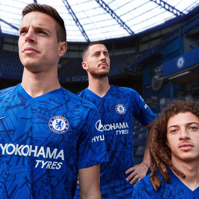 César Azpilicueta y Eden Hazard del Chelsea FC con la camiseta de la primera equipación