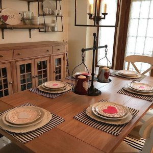 Roses Are Red Decor Is Too Were Loving Thelittlepinefarmhouses Dining Room