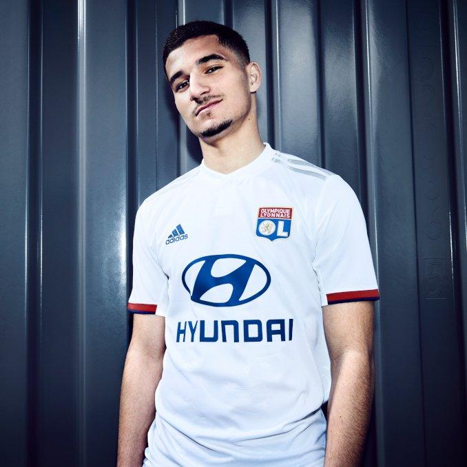 Aouar con la camiseta de la primera equipación 2019 del Olympique Lyon